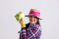 La femme de jardin dans la leghorn tient le chou Photo libre de droits