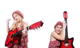 La femme de joueur de guitare d'isolement sur le blanc Images stock