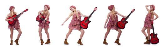 La femme de joueur de guitare d'isolement sur le blanc Photographie stock libre de droits
