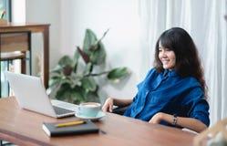 La femme de l'Asie détendent après travail, vi coulant vivant de observation femelle photo libre de droits