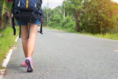 La femme de l'Asie marchant sur la route en Asie Photo libre de droits