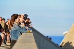La femme de l'assistance observe un concert des boissons une bière chez Heineken Primavera retentir le festival 2014 Images stock