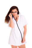 La femme de médecin iIsolated sur le phonendoscope blanc de fond Photographie stock libre de droits