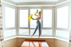 La femme de ménage danse photo libre de droits