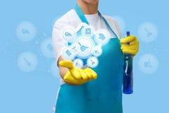 La femme de ménage montre des services de nettoyage images libres de droits