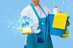 La femme de ménage montre un réseau des sociétés de nettoyage photo libre de droits