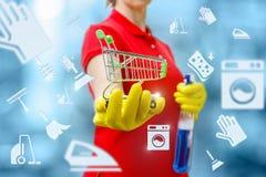 La femme de ménage tient un panier photos libres de droits