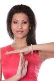 La femme de métis montrant le temps font des gestes le signe Image stock