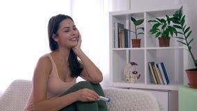 La femme de maternité heureuse en bonne santé avec l'essai de grossesse est joie au résultat positif à l'intérieur banque de vidéos