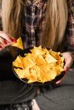 La femme de mauvaise habitude de casse-croûte d'aliments de préparation rapide mangent des frites photographie stock