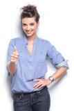 La femme de mode montrant les pouces lèvent le geste Image libre de droits