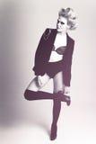 La femme de mode utilisant une patte de jupe est dépliée Images stock