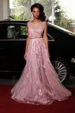 La femme de mulâtre porte la robe luxueuse, arrivée sur l'événement de tapis rouge image stock