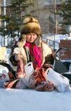 La femme de Nenets juge la viande de cerfs communs disponible Image stock