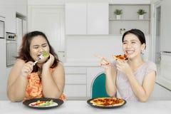 La femme de poids excessif triste mange de la salade Photos libres de droits