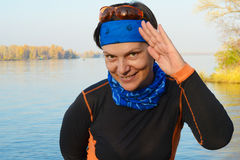 La femme de randonneur sourit sur le fond de la rivière et de l'automne pour Images libres de droits