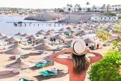 La femme de repos est se tenante et appréciante dedans à la plage Image libre de droits