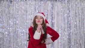 La femme de Santa gronde et dirige son doigt un peu plus tranquillement Fond de Bokeh Mouvement lent clips vidéos