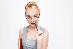 La femme de scientifique en verres pense à des idées de projet photos stock