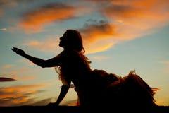 La femme de silhouette reposent la grande portée de robe Photos stock
