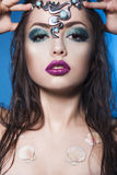 La femme de sirène de brune avec créatif composent et des bijoux sur sa tête hairstyled humide Images stock