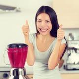La femme de Smoothie faisant des smoothies de fruit manie maladroitement  Photo stock