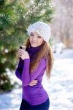 La femme de sourire avec la tasse de café pendant l'hiver se garent photos stock