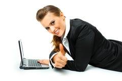 La femme de sourire d'affaires affichant des pouces lèvent le geste Photographie stock
