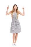 La femme de sourire dans la robe pointillée par blanc se dirige  Photographie stock libre de droits