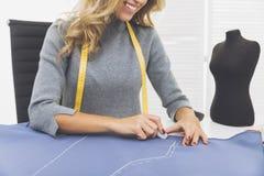 La femme de sourire dessine un modèle Photographie stock libre de droits