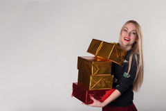 La femme de sourire heureuse a reçu les cadeaux attrayants image libre de droits