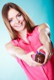 La femme de sourire juge le gâteau de chocolat disponible Photo stock