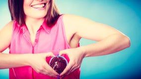 La femme de sourire juge le gâteau de chocolat disponible Photo libre de droits