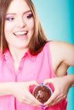 La femme de sourire juge le gâteau de chocolat disponible Photos stock
