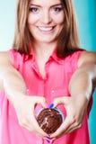 La femme de sourire juge le gâteau de chocolat disponible Image stock