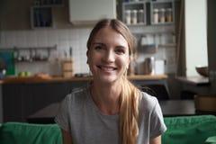 La femme de sourire parlant par l'appel visuel datant regarder en ligne est venue images stock