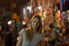 La femme de sourire pendant la nuit parmi les stalles de la Médina Photo libre de droits