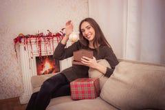 La femme de sourire tient la tresse de Noël Image libre de droits