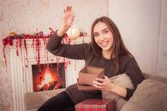 La femme de sourire tient la tresse de Noël Image stock