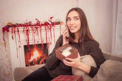 La femme de sourire tient la tresse de Noël Photos stock