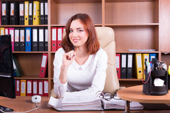 La femme de sourire travaille dans le bureau Photos stock