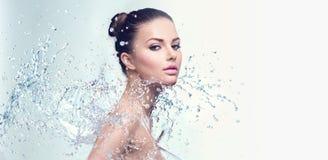 La femme de station thermale avec éclabousse de l'eau photo stock