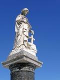 la femme de statue de cimetière du 19ème siècle avec s'est levée Photo libre de droits