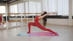 La femme de tapis de yoga ?tirant la hanche, tendon muscles, des muscles de jambe avec le bout droit de pose de pigeon banque de vidéos