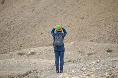 La femme de touristes regarde les montagnes de l'Himalaya, tenant sa tête dans des ses mains photo libre de droits