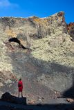 La femme de voyageur apprécient le paysage étonnant de montagne, Lanzarote, peut Photographie stock libre de droits