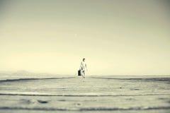 La femme de voyageur marche à la destination avec sa valise Images stock