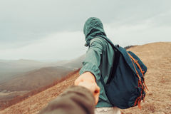 La femme de voyageur suit un homme sur la nature Image libre de droits