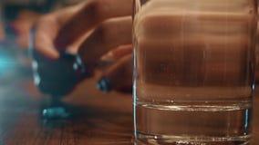 La femme Defocused remet prendre une pilule et un verre bleus de l'eau vidéo du plan rapproché 4K banque de vidéos