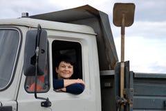 La femme derrière la roue d'un camion Image stock